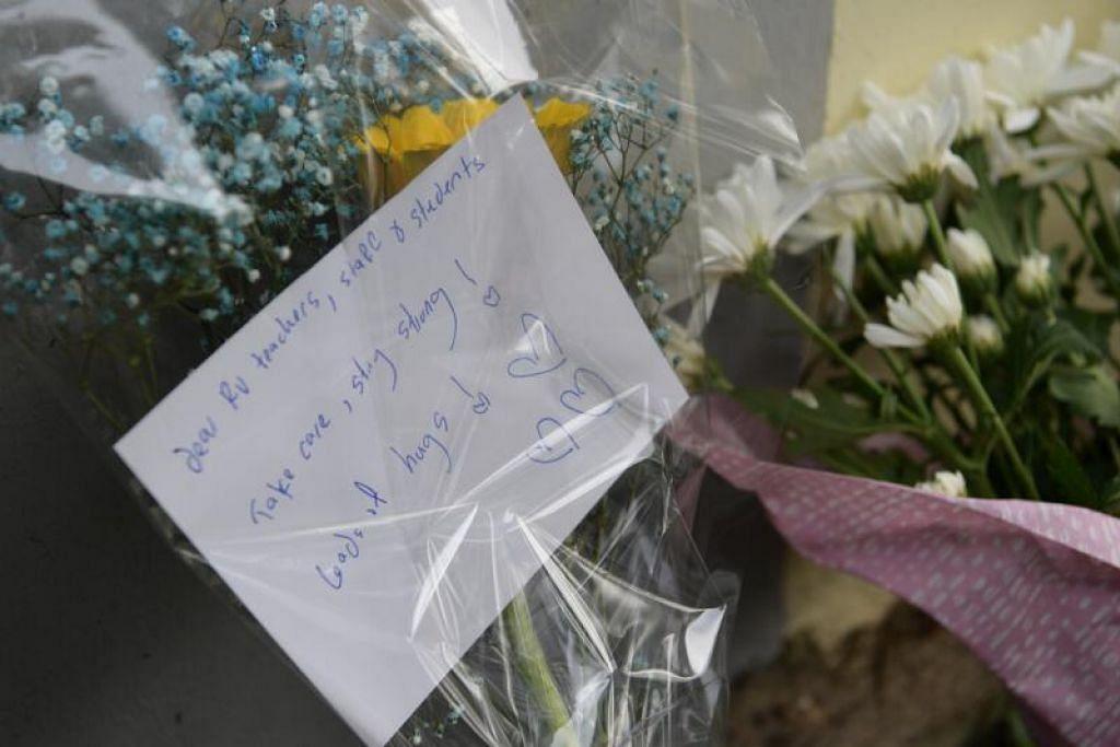 Orang ramai memberikan bunga dan nota dengan kata-kata sokongan kepada keluarga mangsa serta pelajar dan kakitangan yang terjejas dengan insiden di Sekolah Tinggi River Valley Isnin lalu.