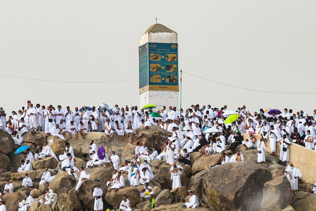 WUKUF DI ARAFAH: Foto yang dibekalkan Kementerian Haji dan Umrah Arab Saudi menunjukkan jemaah haji berkumpul di Jabal Rahmah pada Isnin lalu dengan memakai pelitup dan tidak terlalu berasak-asak bagi membendung penularan pandemik Covid-10. – Foto EPA-EFE