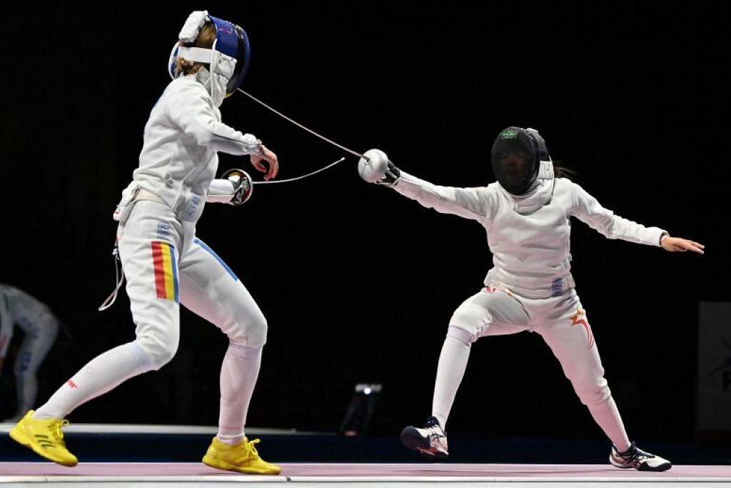 Kiria Tikanah (kanan) menentang lawannya Ana Maria Popescu dalam pertandingan lawan pedang di Sukan Olimpik pagi Sabtu. - Foto AFP