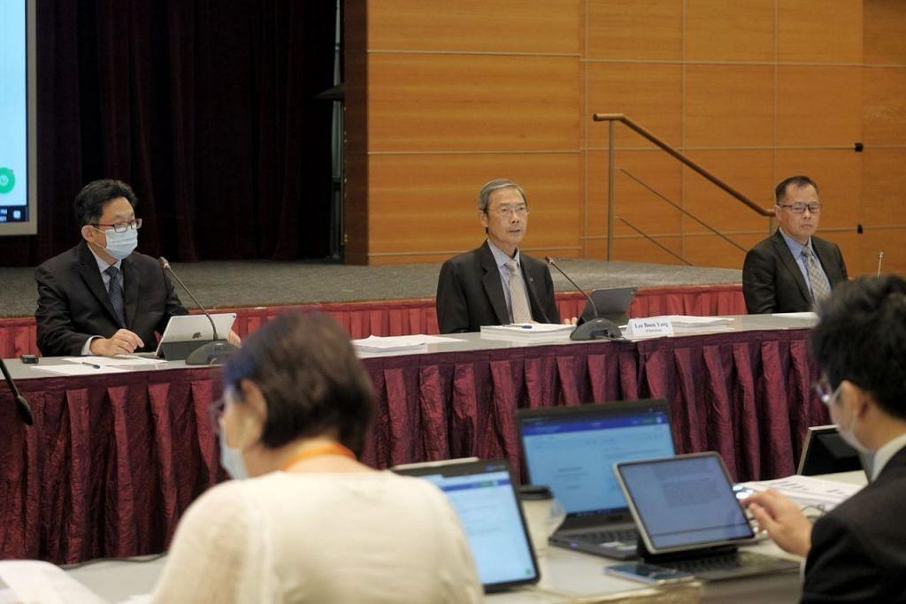 SOKONGAN PADU: Majoriti pemegang saham SPH beri sokongan penuh terhadap penyusunan semula strategik semasa mengundi dalam mesyuarat agung khas, yang diterajui (dari kiri) ketua pegawai eksekutif, Encik Ng Yat Chung; Pengerusi SPH, Dr Lee Boon Yang serta ketua pegawai kewangan, Encik Chua Hwee Song. - Foto BH oleh GAVIN FOO