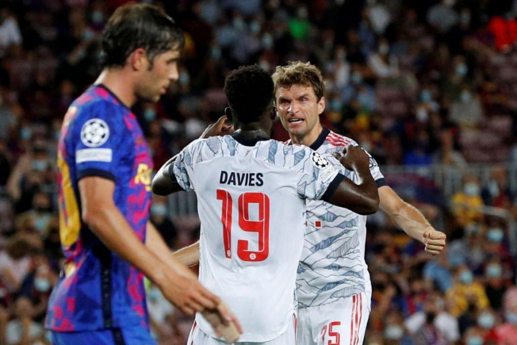 WAJAH GEMBIRA: Penyerang Bayern, Thomas Muller, meraikan golnya bersama rakan sepasukan Alphonso Davies semasa kemenangan ke atas Barcelona. - Foto REUTERS