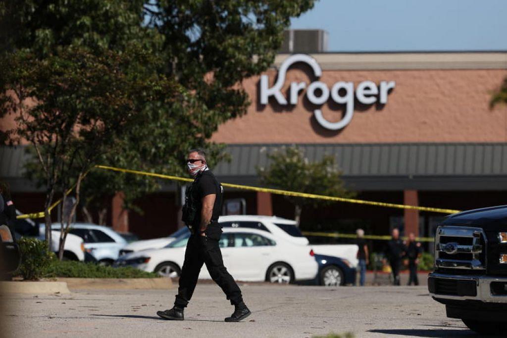 SERANGAN MAUT: Kakitangan kecemasan mengawal keadaan selepas satu kejadian tembakan berlaku di sebuah pasar raya di pinggir bandar Memphis, Tennessee, Amerika Syarikat, semalam.