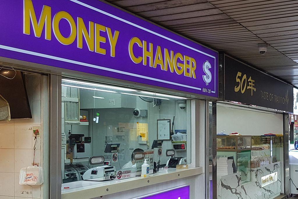 LENGANG TANPA PELANGGAN: Salah sebuah kedai pengurup sunyi sepi tanpa pelanggan berbaris untuk menukar wang. – Foto SHIN MIN