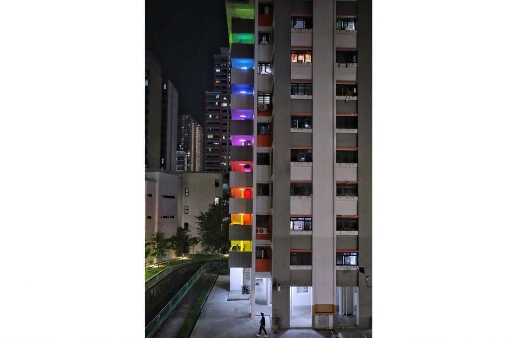 BERCAHAYA: Pameran  seni pemasangan  cahaya ini bertujuan  meraikan ruang awam  biasa di Singapura  dengan mengubah  pencahayaan yang ada  di ruang-ruang itu  menjadi spektrum  pelangi. – Foto-foto BH  oleh KEVIN LIM