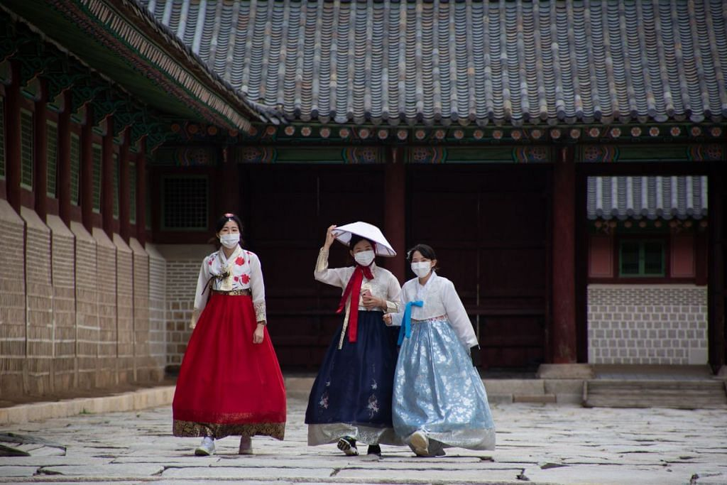 KE ARAH HIDUP DENGAN COVID-19: Pengunjung Istana Gyeongbokgung di Seoul, masih memakai pelitup semasa bersiar-siar. - Foto EPA-EFE