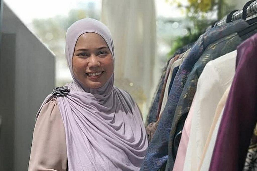 SAMBUTAN BAIK: Pemilik butik Sufyaa, Cik Azrina Tahar, tidak lagi menerima permintaan untuk tempahan baju Hari Raya tahun ini sejak bulan lalu setelah menerima sambutan yang menggalakkan. - Foto ihsan AZRINA TAHAR