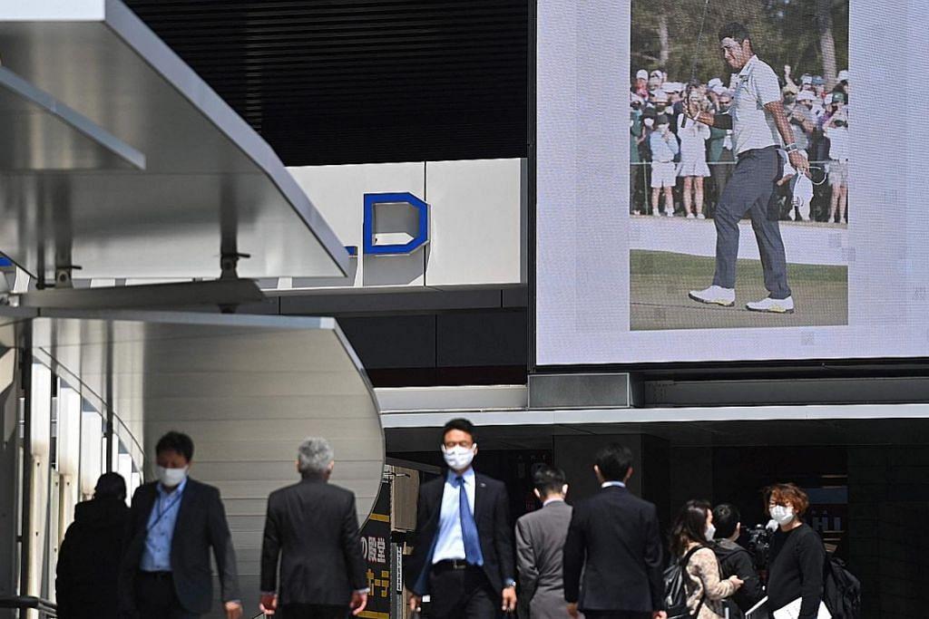 HEBAT: Kejayaan bersejarah Matsuyama ditayangkan pada skrin di sebuah kawasan sibuk di Akihabara di Tokyo bagi meraikan pencapaian hebat itu di negara yang sememangnya 'gilakan' golf. - Foto AFP