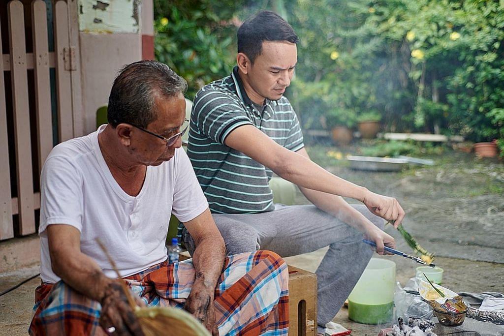 Masak kuih bakar dengan arang bangkitkan ingatan pada datuk