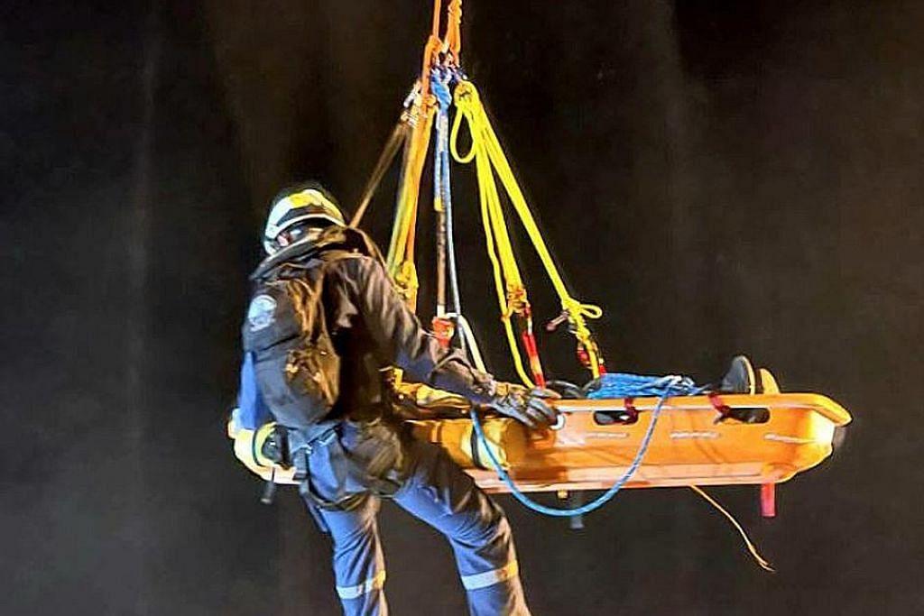 Pemindahan kru kapal selamat dijalankan di tengah angin kencang, arus laut
