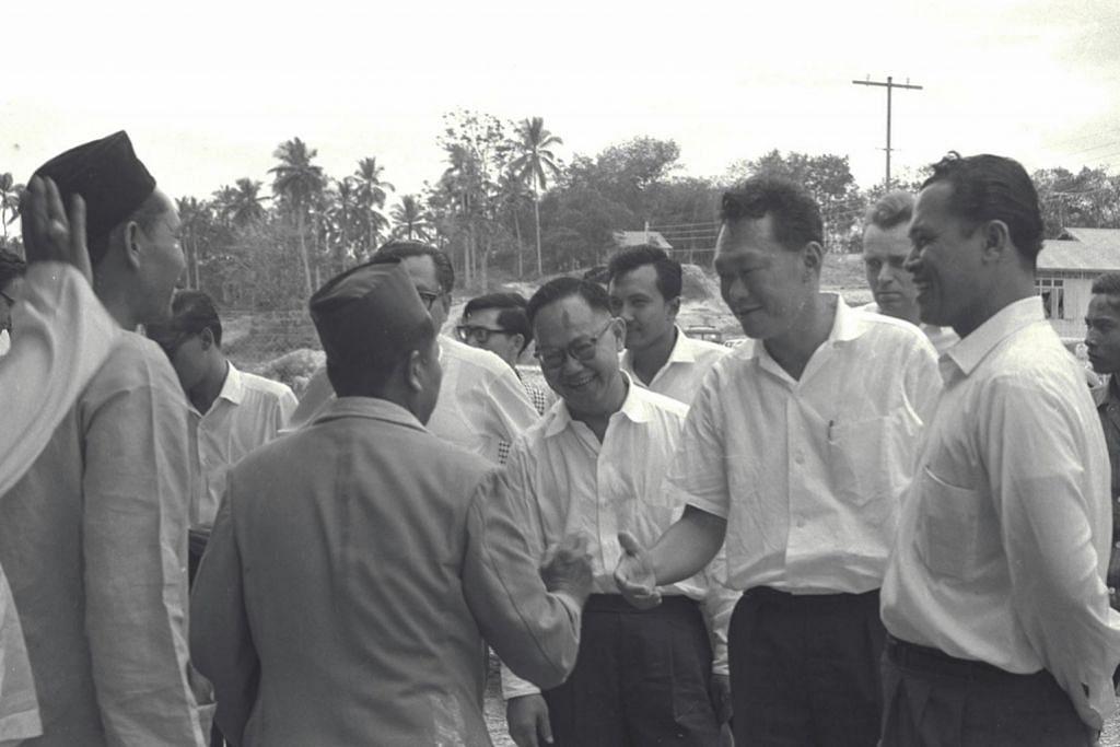 HUBUNGAN MASYARAKAT: Encik Othman (kanan) menemani Perdana Menteri Pengasas Lee Kuan Yew melawat beberapa kawasan yang terjejas dek ketegangan menyusuli rusuhan kaum pada 1964 untuk bertemu dengan pemimpin masyarakat. - Foto-foto fail BERITA HARIAN, THE STRAITS TIMES